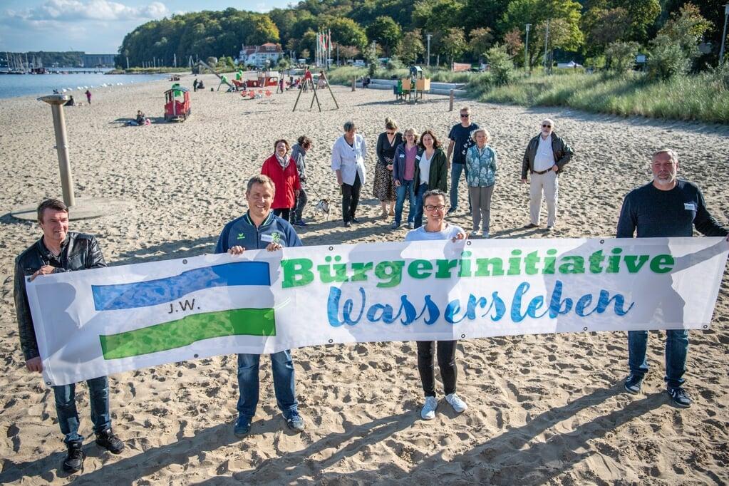I forgrunden ses fra venstre Henrik Schøtt, Per Dammann, Tanja Wulf og Mark Heinze, som sammen med en større gruppe borgere i Wassersleben har startet et borgerinitiativ i foråret.   (Kira Kutscher)