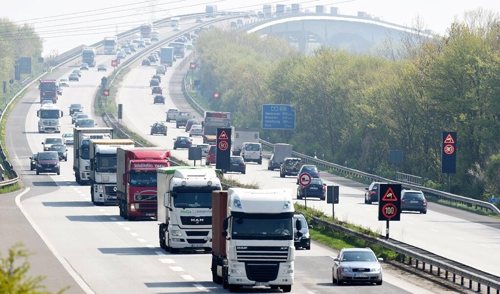 Die Güterverkehrs-Branche gerät zunehmend unter Druck. Zum einen steigen die Steuerabgaben für Diesel-Lkw über die CO2-Abgabe. Zum anderen ist der Wechsel z.B. zu mit Wasserstoff-Brennzellen betriebenen Fahrzeugen enorm kostspielig und aufgrund mangelnder Kapazitäten von entsprechenden Fahrzeugen derzeit so gut wie gar nicht möglich. Archivfoto:  (Carsten Rehder, dpa)