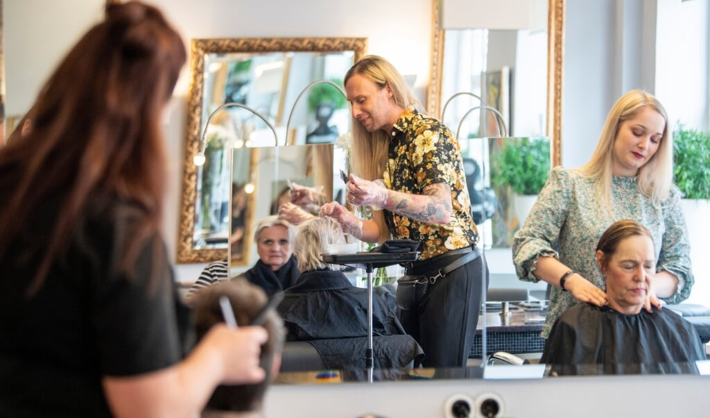 Der var en opløftet, munter og befriet stemning i frisørsalonen Die Locke tirsdag formiddag - første dag uden mundbind siden før corona.  ( Kira Kutscher)