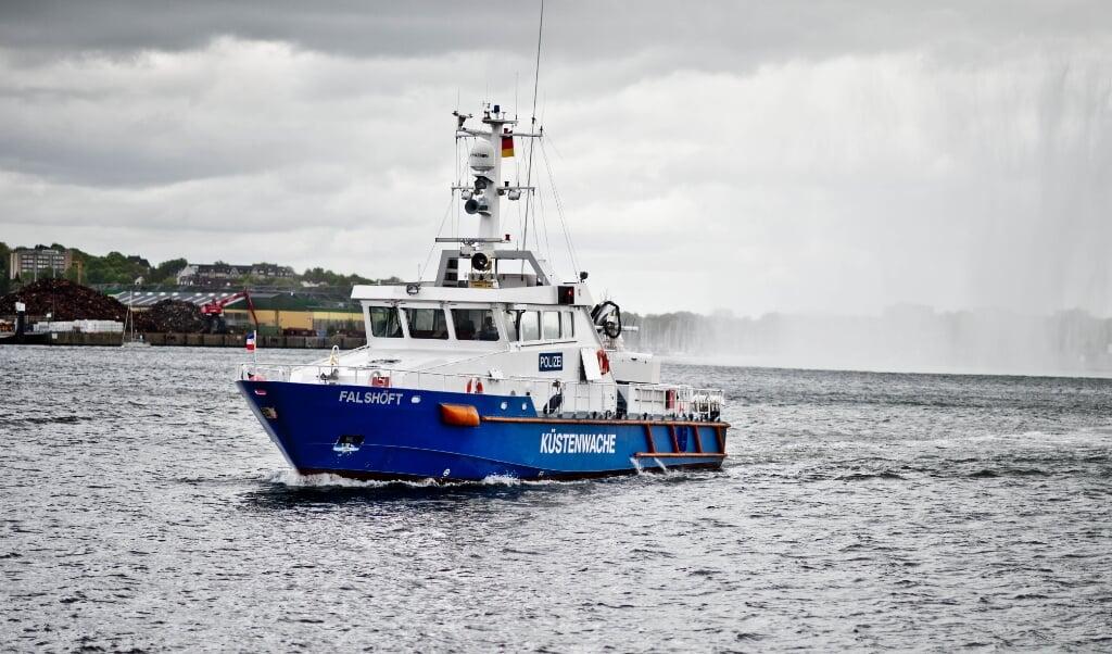 Politiets kystpatrulje efterforsker brandårsagen.    (Landespolizei SH.)