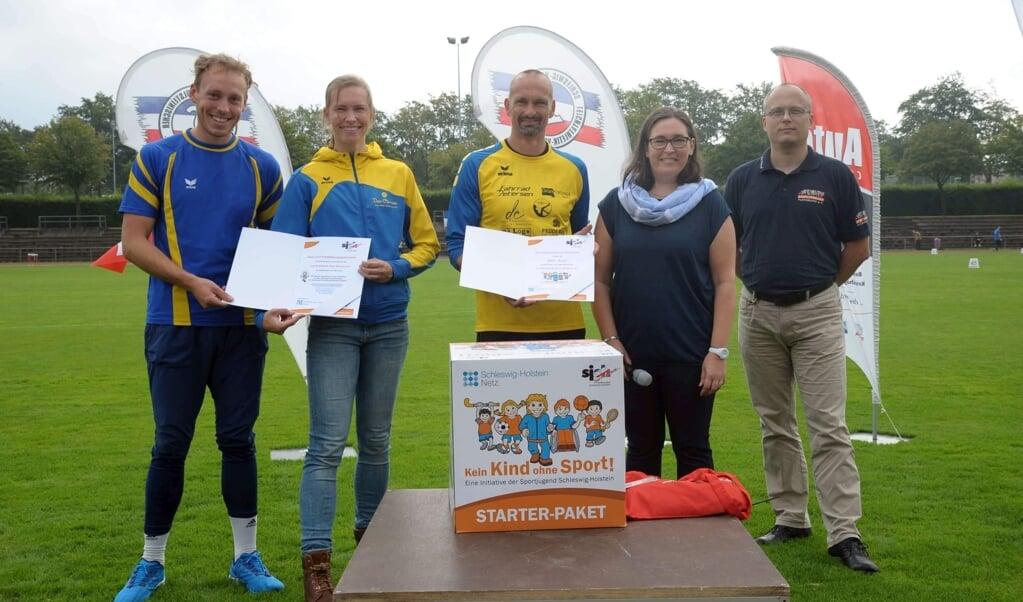 Christine Dreier (2.v.l.) und der LK Weiche sind von der Sportjugend Schleswig-Holstein im Zuge der Initiative »Kein Kind ohne Sport!« geehrt worden.  ( LK Weiche)