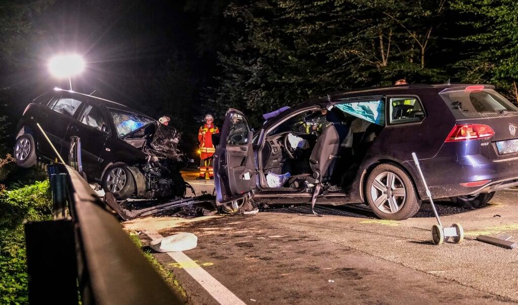 Begge bilers førere blev fastklemt og alvorligt kvæstet. En kvindelig passager døde.    (Sebastian Iwersen)