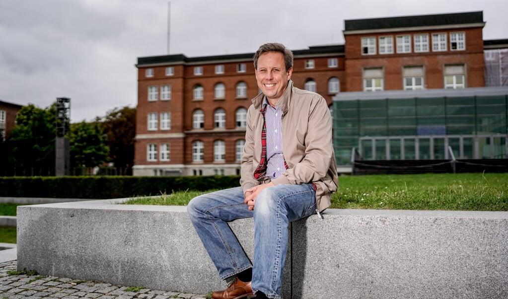 Thomas Losse-Müller, (SPD), designierter Spitzenkandidat seiner Partei für die kommende Landtagswahl in Schleswig-Holstein, sitzt vor dem Landtag an der Kieler Förde. Archivfoto:   (Axel Heimken, dpa)