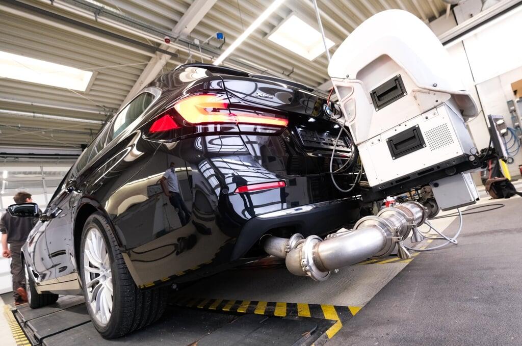 Extra für den Test angeschweißt: Mit diesem Gerät am Auspuff fahren die Autos 1,5 Stunden durch den Straßenverkehr – dadurch soll den Herstellern das Schummeln erschwert werden.   (Sebastian Iwersen)