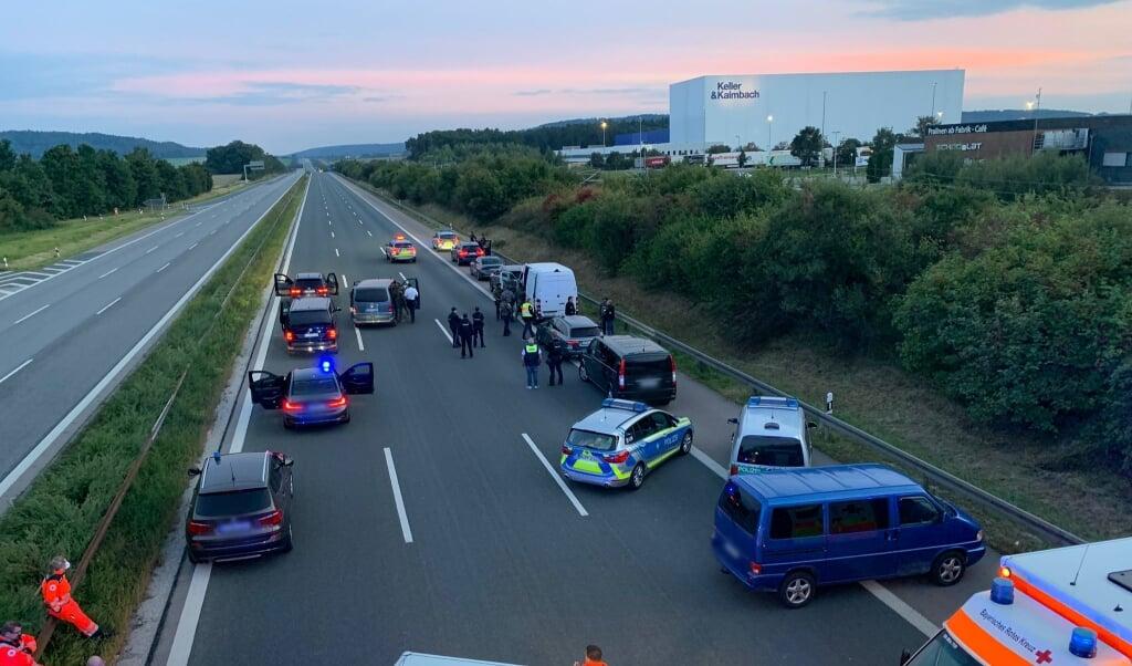 Wegen eines mutmaßlich bewaffneten Passagiers in einem Reisebus hat die bayerische Polizei die Autobahn 9 zwischen den Anschlussstellen Hilpoltstein und Greding in beiden Fahrtrichtungen komplett gesperrt.    (Ralph Goppelt/Vifogra/dpa)