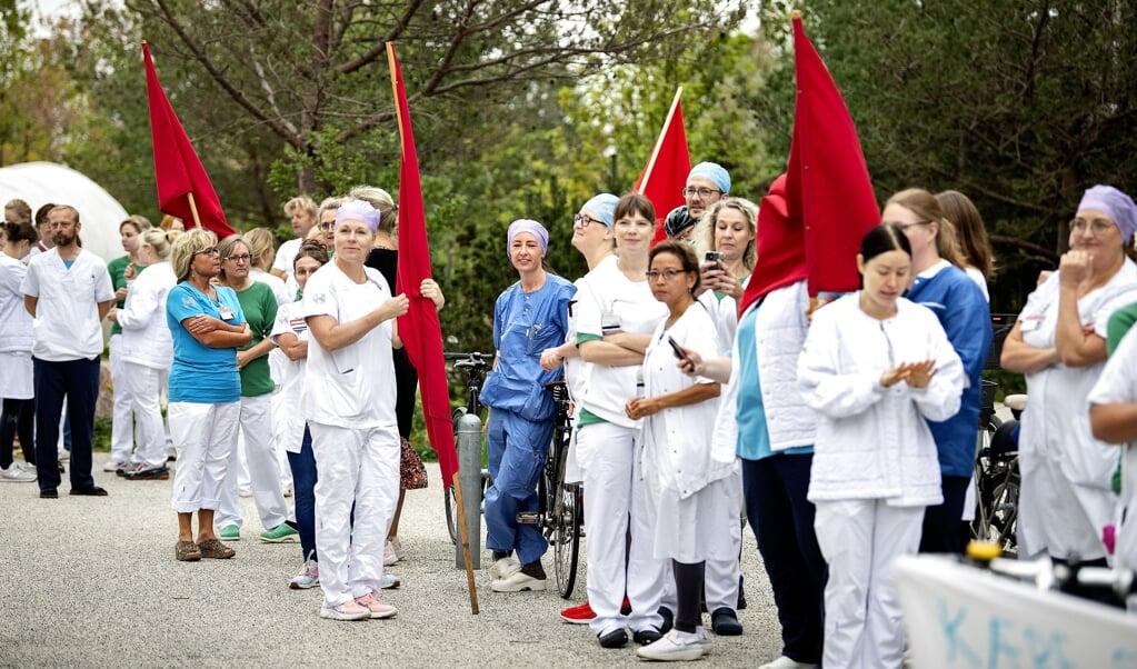 Flere sygeplejersker på Herlev Hospital har de seneste dage nedlagt arbejdet i en time. Her ses en gruppe sygeplejersker ved mandagens aktion. (Arkivfoto)  (Nils Meilvang/Ritzau Scanpix)