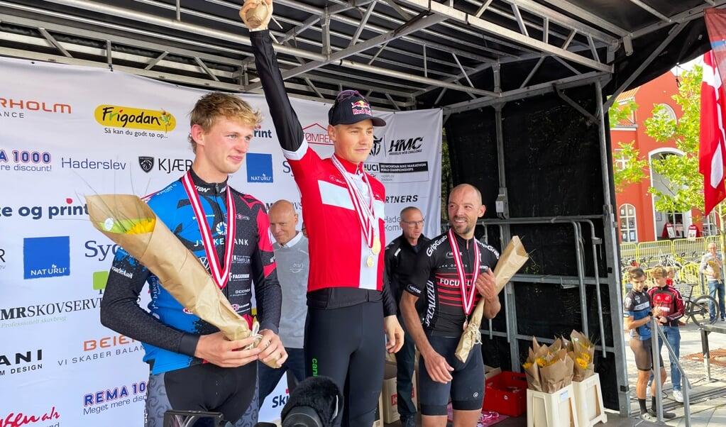 Simon Andreassen (i midten) var glad for sejren i årets MTB DM.    (Haderslev Kommune)