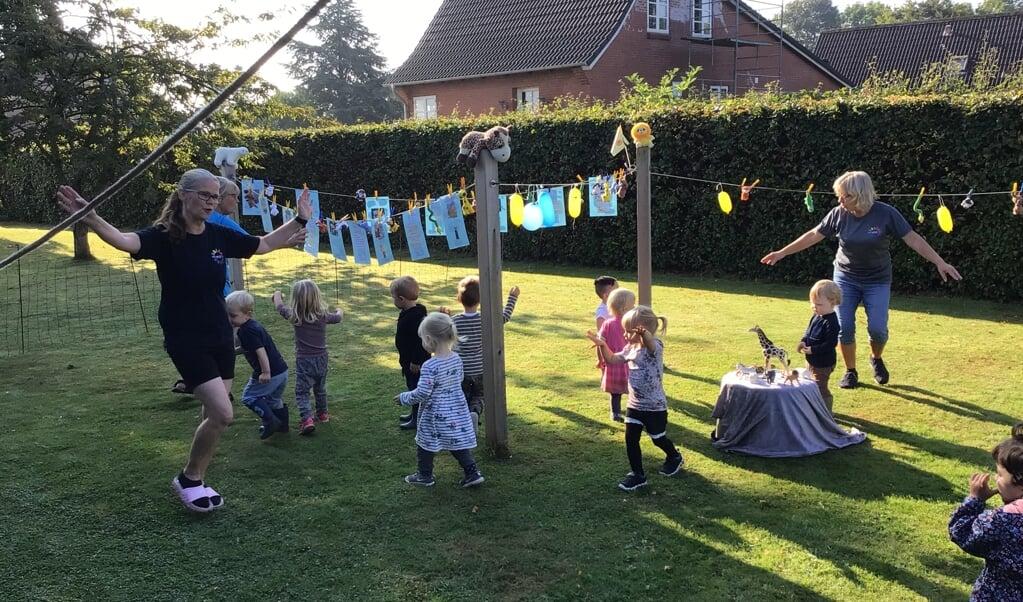 Ti børn fra Dagplejen i Syd har i forbindelse med Sangens Dag sunget og danset sig til en masse viden om vilde dyr.  (Privatfoto)