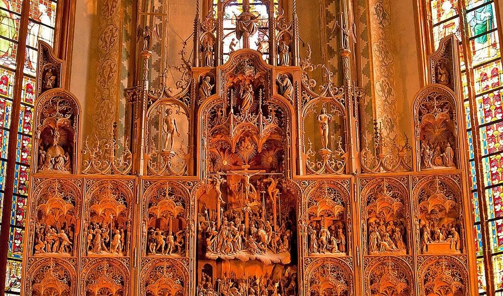Mit seinen 392 individuell geschnitzten Figuren und seinen filigranen Architekturdetails zählt das von dem Bildschnitzer Hans Brüggemann in den Jahren 1514 bis 1521 geschaffene Altarretabel – der Bordesholmer Altar – zu den herausragenden Kunstwerken in Schleswig-Holstein.   (Nordkirche)
