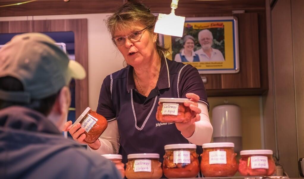 Ute Iwersen sælger fjerkræ og kød fra regionen. Stamkunder er der mange af - især til hendes æg. Og så er der mange turister - især danskere.   (Sebastian Iwersen)