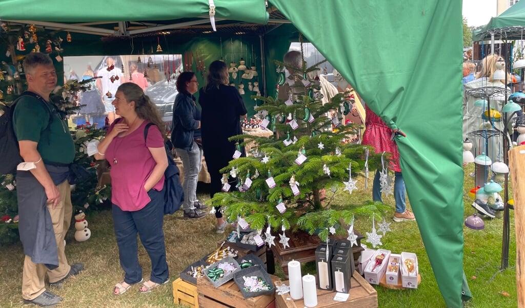 Sågar julepynt kan der købes på markedet på Gut Oestergaard, der slutter søndag eftermiddag.  ( Niels Ole Krogh)