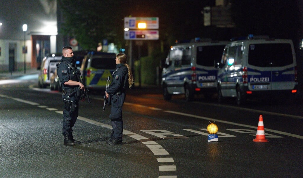 Politiet var talstærkt til stede ved synagogen.    (Henning Kaiser/dpa)
