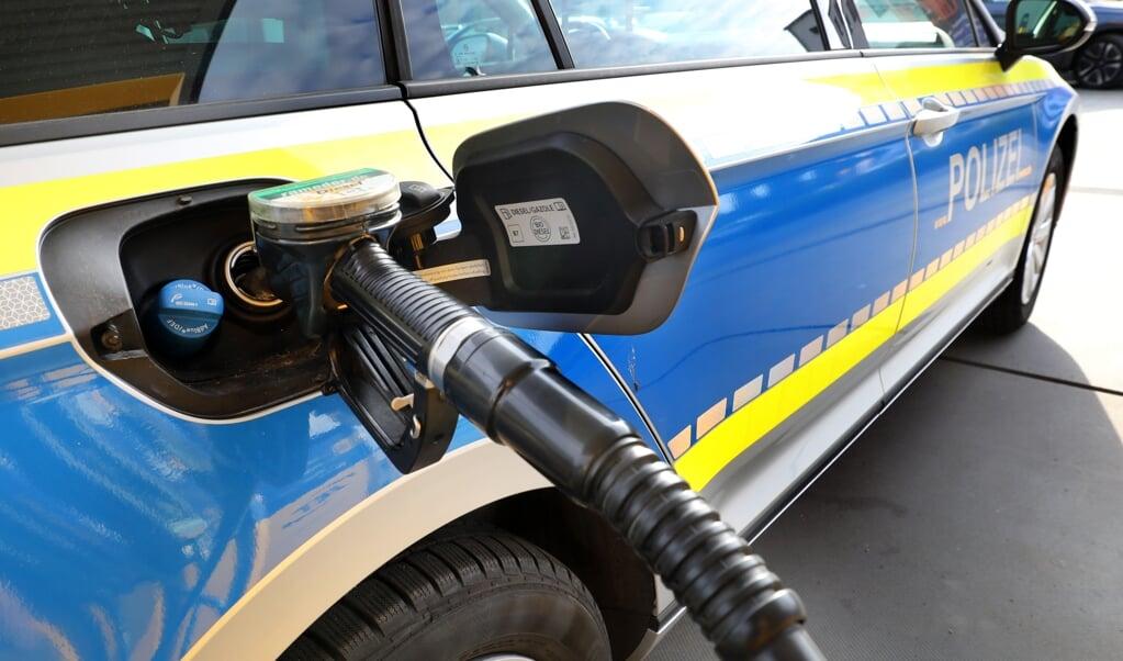 Die Tankkosten der Schleswig-Holsteinischen Polizei betrugen in den ersten acht Monaten des Jahres 2021 2,245 Millionen Euro. Das waren 70.808,54 Euro mehr als im Vergleichszeitraum 2019.    (Bernd Wüstneck, dpa)