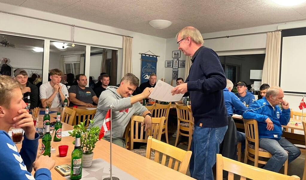 Tillykke, Sebastian. Formand Dieter Mölck (t.h.) lykønsker den netop valgte seniorleder Sebastian Berg.   (Marc Reese)