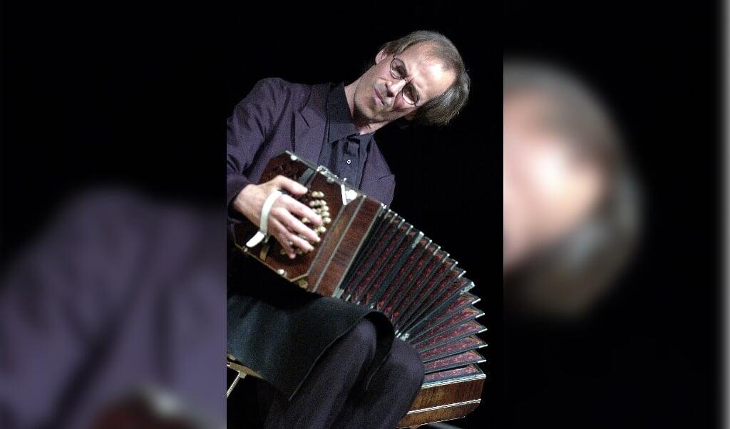 Per Arne Glorvigen med sin bandoneón i udstrakt tilstand.  (Arkivfoto)