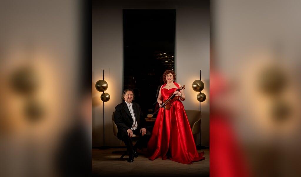 Chefdirigent Johannes Wildner og solisten Mihaela Oprea har iklædt sig festtøj og er klar til en særlig åbning med Sønderjyllands Symfoniorkester.    (Patricio Soto)