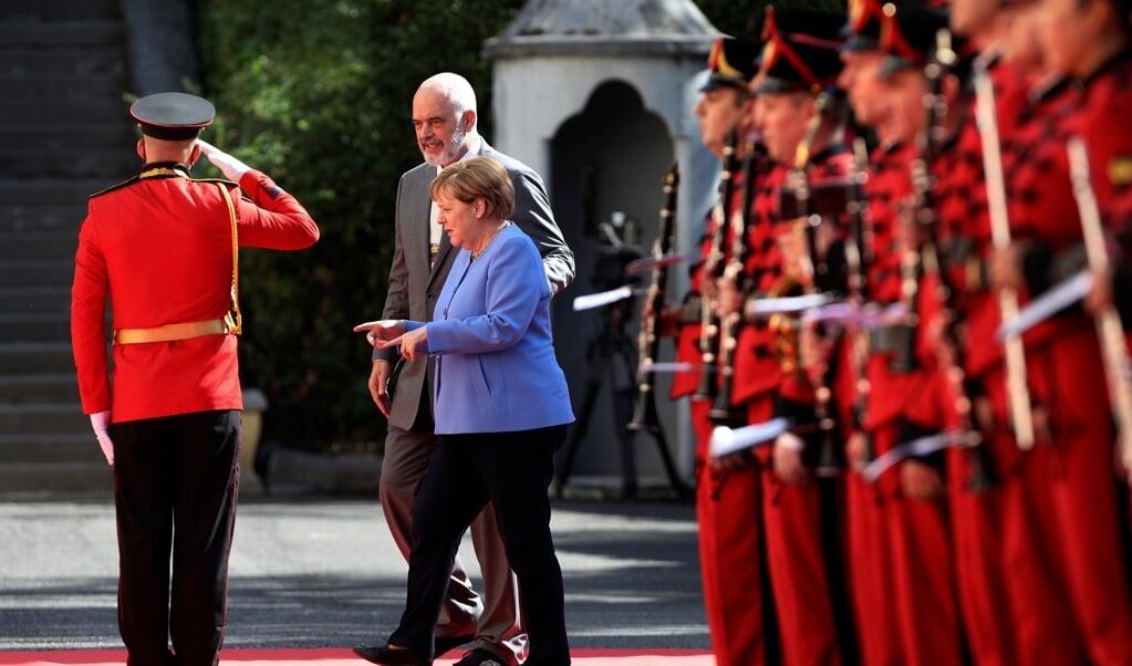 Præsident Edi Rama modtog Merkel i Albanien med militært honnør.    (Franc Zhurda/AP/dpa)
