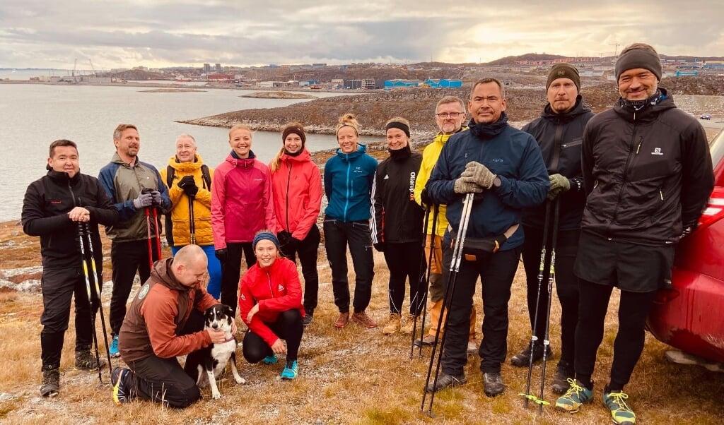 På løbetur op ad bjerget Lille Malene (Quassussuaq) ved Nuuk. Gruppens leder Jan Erik (3. fra højre) har fortalt, hvordan han bruger naturen til at komme over sorg, styrke helbredet og i sit arbejde med udsatte unge.  ( Jens Larsen)