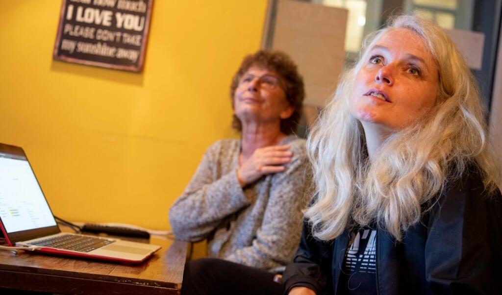 Katrine Hoop følger med på valgaftenens stemmeresultater på kulturcaféen Tableau i Flensborg. Resultatet var nedslående både lokalt og på forbundsplan.   (Kira Kutscher)