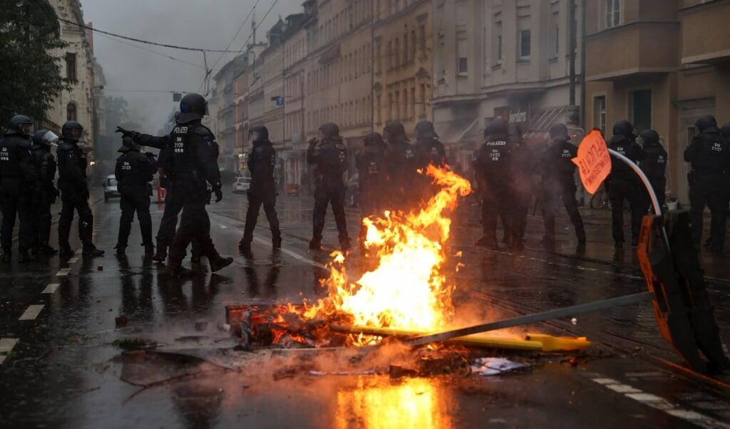 Polizisten sichern die Wolfgang-Heinze-Straße, nachdem es nach Ende einer linken Demonstration zu Ausschreitungen kam. Für die Demo hatte das Kampagnenbündnis «Wir sind alle Linx» bundesweit mobilisiert.    (Jan Woitas/dpa)