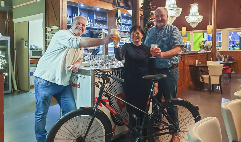 Dana en Mario Annaert uit Clinge wonnen de Duvel fiets die De Bourgondiër in Hulst uitreikte.