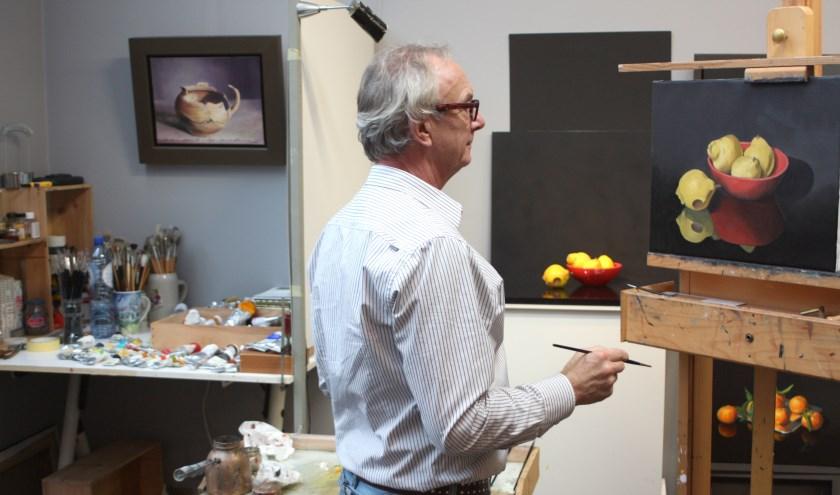 Herman Thielens aan het werk in zijn atelier. Foto PR