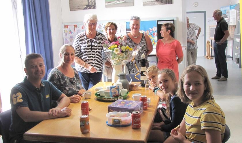 De familie Hilhorst werd door de vrijwilligers van het museum in de bloemetjes gezet.