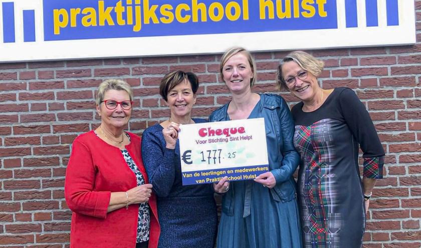 Waar stichting Sint Helpt normaal zelf de cadeautjes uitdeelt, werden ze dit keer blij verrast met een cheque van Praktijkschool Hulst.