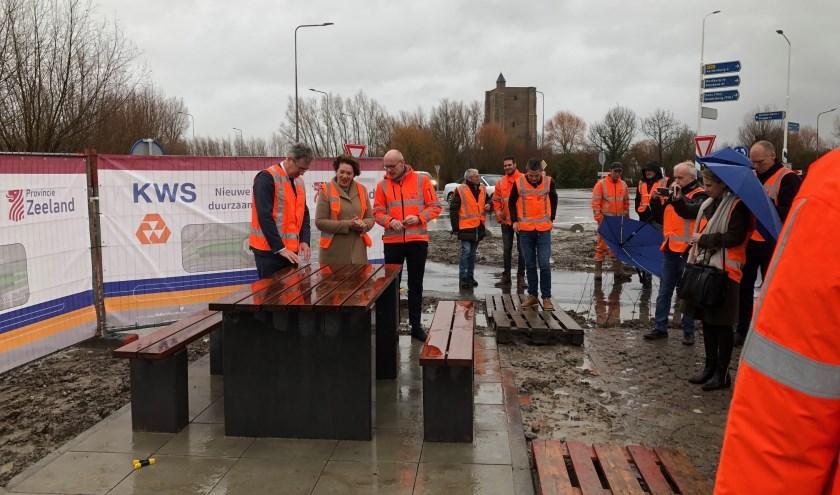 Gedeputeerde Harry van der Maas opende vrijdag 20 december de nieuwe rotonde bij Sint Anna ter Muiden.