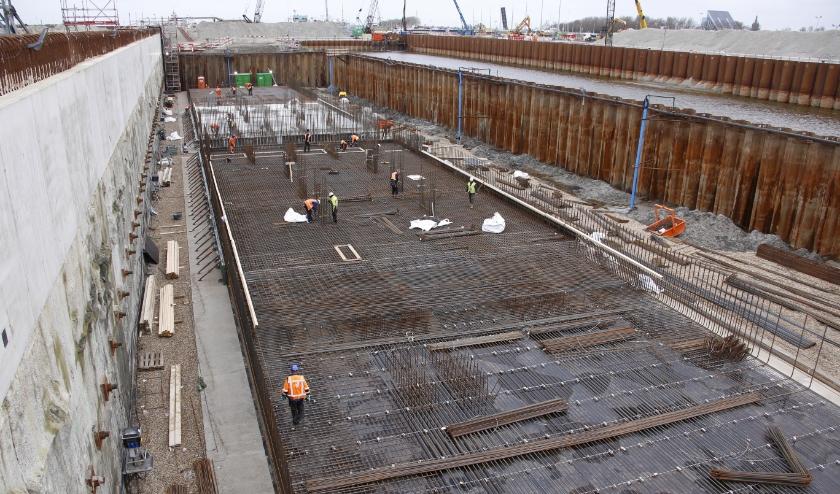 Midden in de kolk ligt een tijdelijke bouwkuip voor het maken van twee grote betonnen bodemroosters.