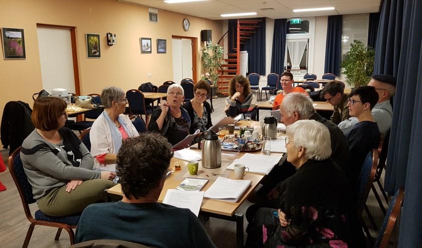 Toneelgroep Kakentoe houdt een tekstrepetitie in het Dorpshuis in Biervliet.
