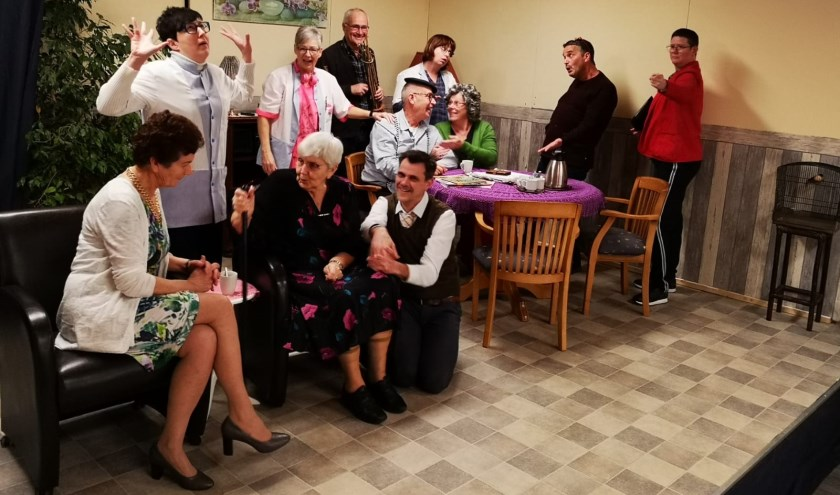 De Biervlietse toneelvereniging Kakentoe speelt het komische stuk 'De Biervlietse Paus'.