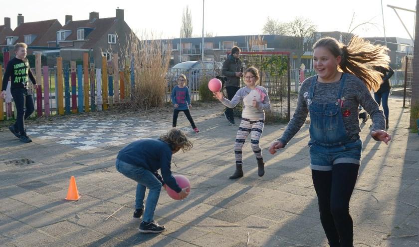 In een mum van tijd is de Schoondijkse jeugd heerlijk aan het sporten.
