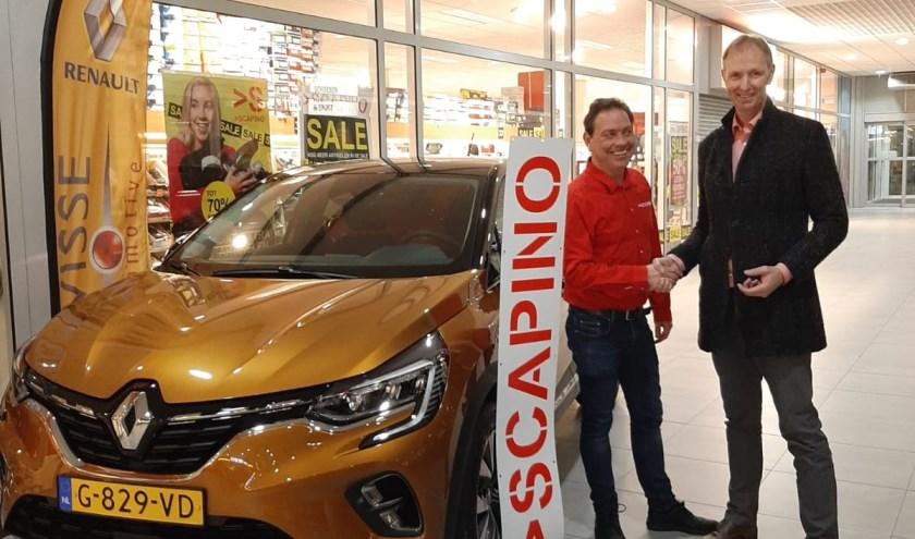 Bij schoenenwinkel Scapino in Winkelcentrum Stationsplein in Hulst staat een Renault Captur van Wisse Automotive, gevuld met ballonnen.