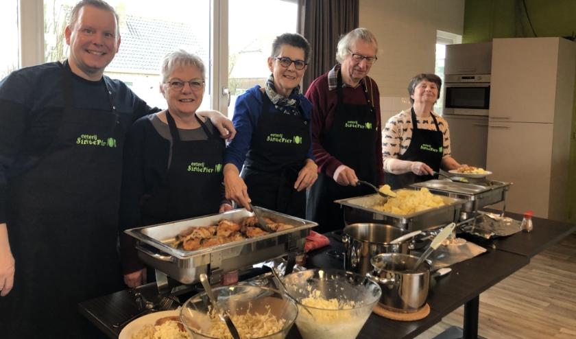 De kookploeg van deze keer: Jeroen de Vries, Marian Lucieer, Greetje de Hullu, Bram Luteijn en Marina Korsman.