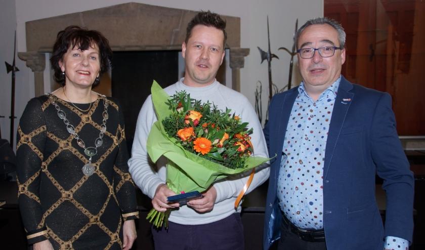 De hoofdprijswinnaar, meneer R. Landuyt, met de Burgemeester van Sluis Marga Vermue en voorzitter van Middenstands Vereniging Sluis Sancho Jansen.