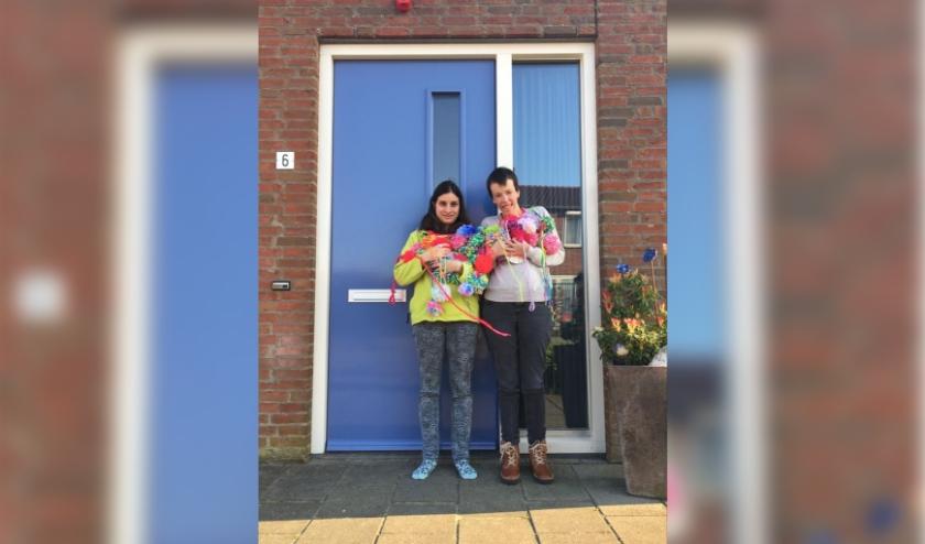 Bewoners en cliënten van Tragel zorgden voor een hartverwarmende verrassing. Op de foto: bewoners Ashton Stam (links) en Ann de Bakker (rechts).