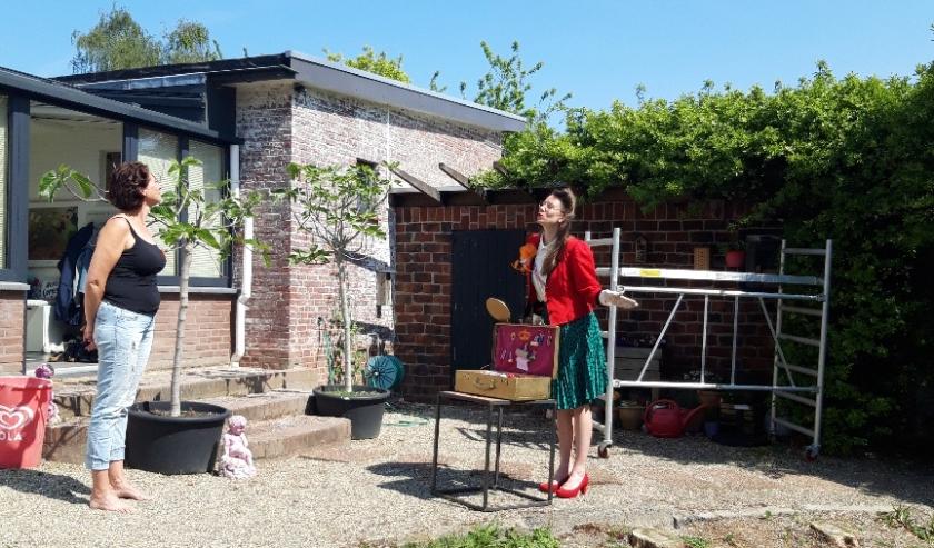Petra Asselman werd afgelopen Koningsdag verrast door haar collega's, vanwege haar 25-jarige carriere in het onderwijs.