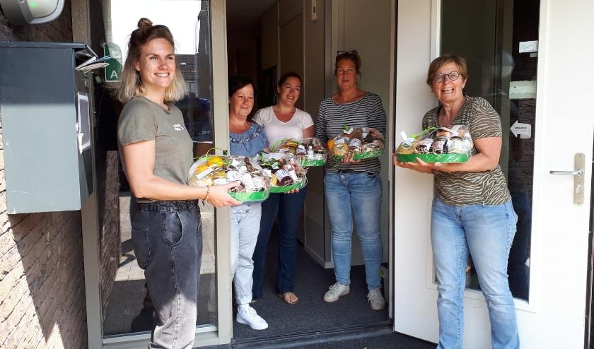 Medewerkers van De Okkernoot in Schoondijke waren blij verrast met het pakket van de familie van bewoners.