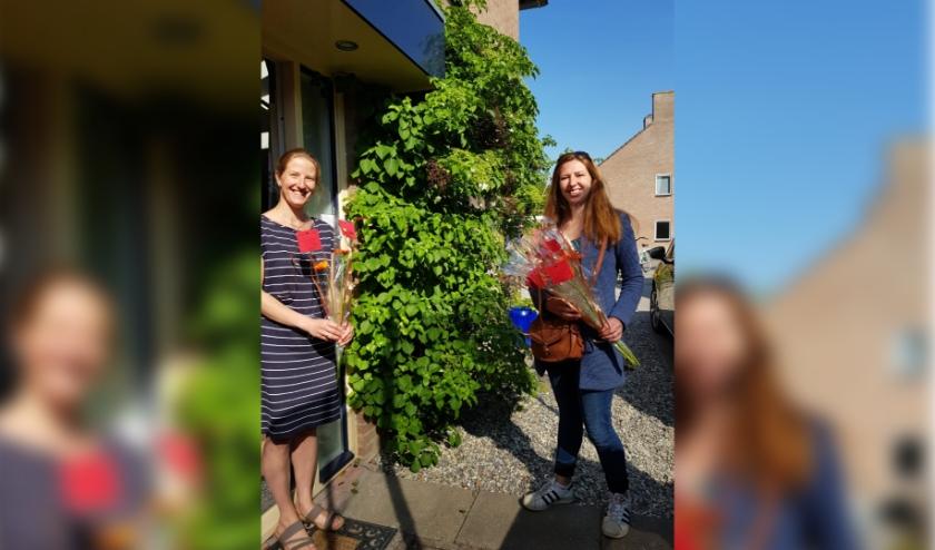 De leerkrachten van de Sint Bavoschool in Oostburg verrassen vandaag alle moeders met bloemen.
