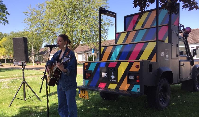 De 17-jarige singer-songwriter Sigourney de Roos trad op voor haar oma, die nog thuis woont in Kloosterzande.