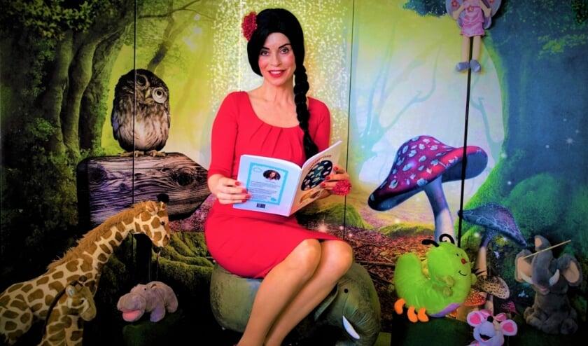 Anouschka Harms als sprookjesfiguur in haar promotiefilmpje voor het kinderboek 'Fantasiewolkjes'.