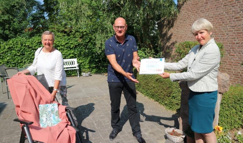 Vrouwen van Nu Terneuzen schonk 500 euro aan Stichting Hospice Zeeuwsch Vlaanderen, voor nieuwe plaids en lakens.