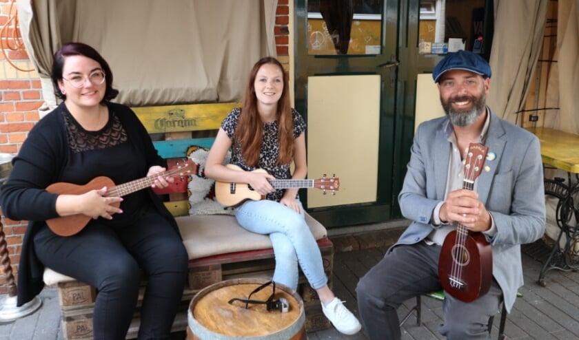 Daniëlle van de Wege, Nathalie Huigen  en Menno Vink starten vanaf donderdag 9 juli met een ukelele club bij café Luwak in Terneuzen.