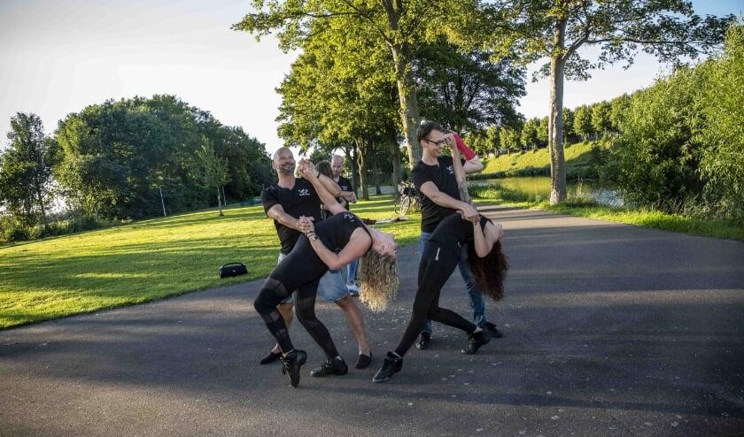 De dansers en danseressen van Just Zouk Urban Flow mogen weer dansen, in het stadspark in Hulst.