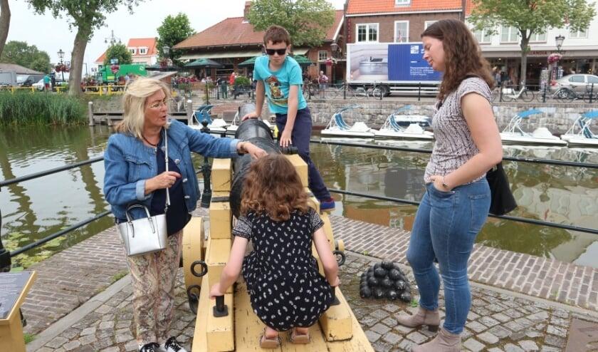 Tessa en Koen Dankers en hun moeder Lineke Heijneman uit Eindhoven luisteren met veel interesse naar stadsgids Diane Dewaele (links).