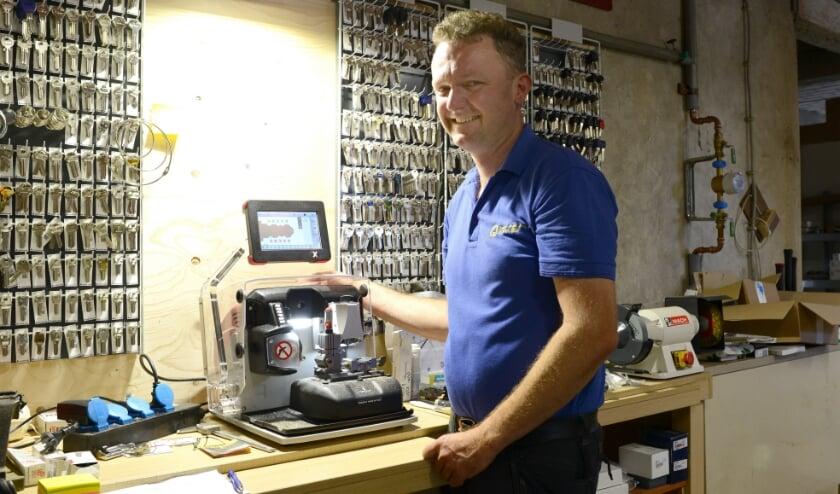 Slotenmaker Dimitri van Rie uit Schoondijke beschikt sinds vorig jaar over een computergestuurde sleutelmachine.
