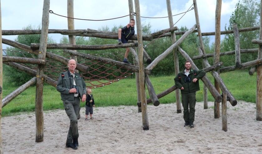 Bij de Braakmanboerderij in Biervliet is een leuk speelbos te ontdekken, laten boswachters Karel Leeftink (links) en Stijn Steurrijs (rechts) zien.