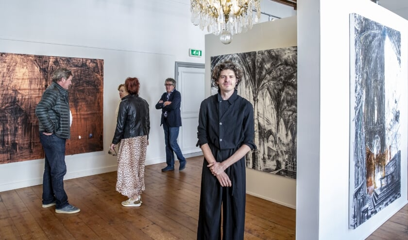 Sytze Apers heeft zijn eigen expositie met 'surrealistische kerkinterieurs' in 's Landshuis in Hulst.