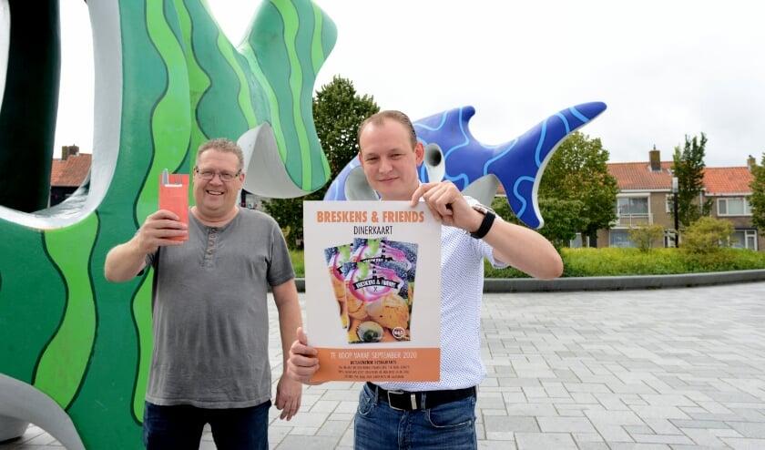 Danny Hoogesteger (vooraan) en Jurgen Brand krijgen enthousiaste reacties op de dinerkaartactie.